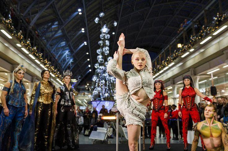 Καλλιτέχνες του Cirque du Soleil χορεύουν μετά το στόλισμα του χριστουγεννιάτικου δέντρου  που διακοσμεί το σταθμό του μετρό St Pancras στο Λονδίνο.