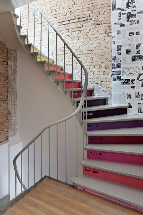 Un escalier aux marches nuancées