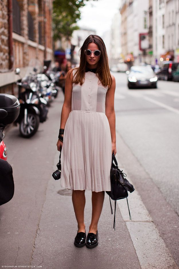 Sapatos pesados, como oxfords e botas, deixam looks delicados mais interessantes.   42 segredos de estilo que fazem toda a diferença no look