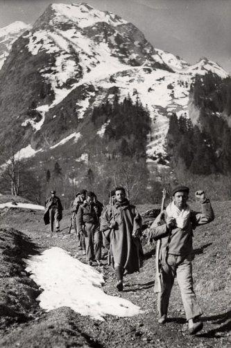 Republicanos cruzando la frontera con Francia en Pirineos, 1939.