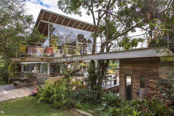 Galeria da Arquitetura | Casa em Samambaia - A residência do arquiteto Rodrigo Simão tem generosos vãos de 10,5 metros com janelas que ocupam 80% dessa metragem e integram a natureza