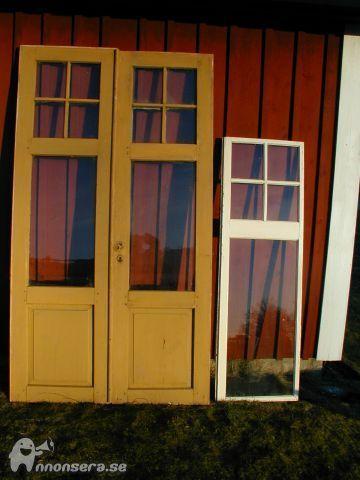 Två par dörrar (220 cm höga). 8 st. fönster (160 cm höga).