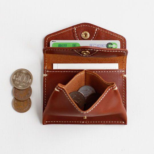 奥のポケットの使い方ひとつで、<br />財布にも小銭入れ付きパスケースにも