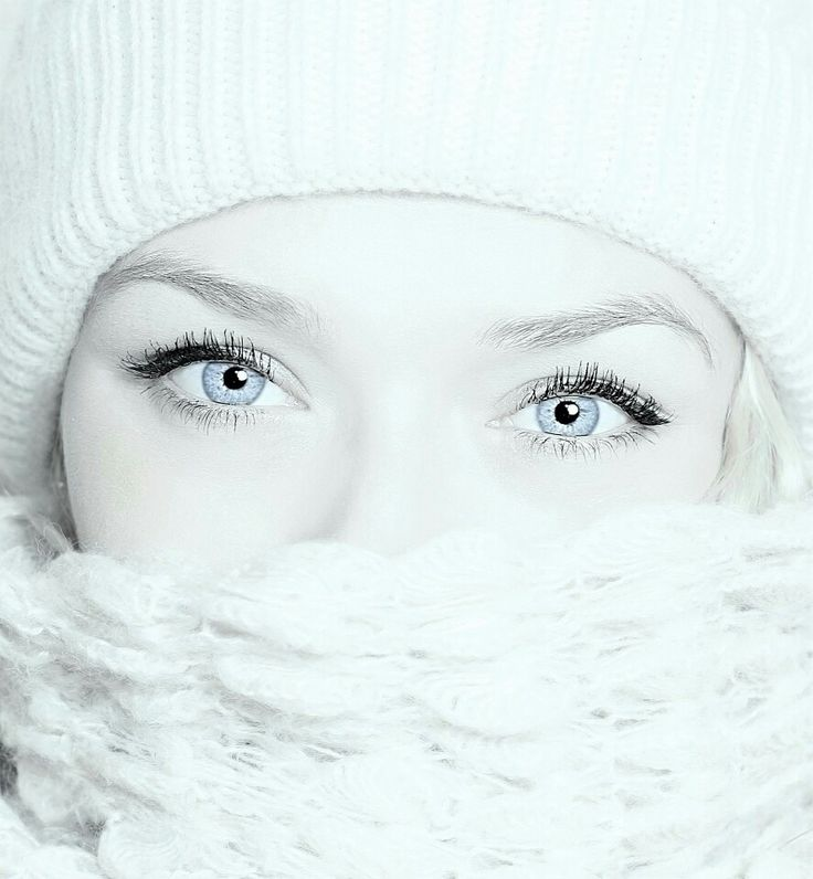 Anna Pikura poleca: Serenology – luksusowy krem przeciwzmarszczkowy pod oczy (25 ml).  Działanie: • spłyca głębokie zmarszczki i likwiduje drobniejsze, • polepsza jędrność, sprężystość i napięcie skóry, • odmładza, zwiększając zawartość prawidłowo zbudowanego kolagenu w skórze, • przywraca właściwe nawilżenie, • rozjaśnia cienie i poprawia koloryt cery, • działa silnie przeciwrodnikowo, hamuje proces starzenia się skóry, • pobudza procesy odnowy skóry, • odbudowuje zewnętrzną barierę…