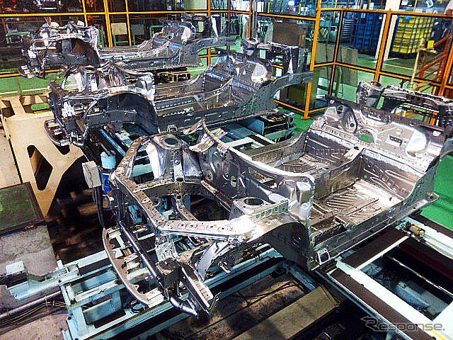 フロアパーツのみの状態のS660の骨格(7月23日、四日市市上海老町の八千代工業四日市製作所にて)
