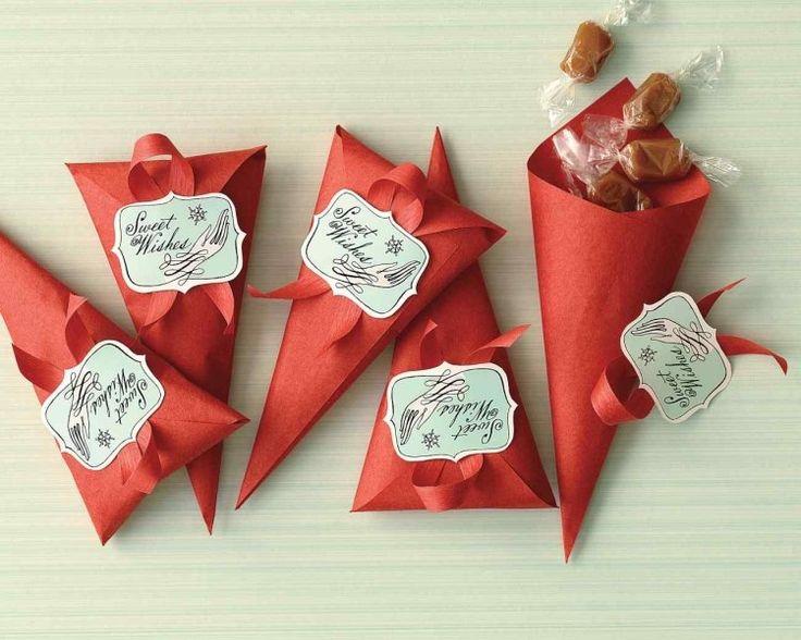 pochettes en papier rouge remplies de bonbons au caramel