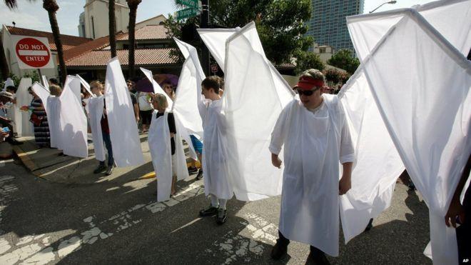'Anjos da guarda' bloqueiam protesto homofóbico em funeral de vítima em Orlando