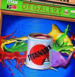 TITAN A GRAN ESCALA Óscar García, Berok, suma esta pintura para la persiana de Degalery a la larga lista de murales, graffitis y decoraciones para Industrias TITAN que ya ha realizado anteriormente.
