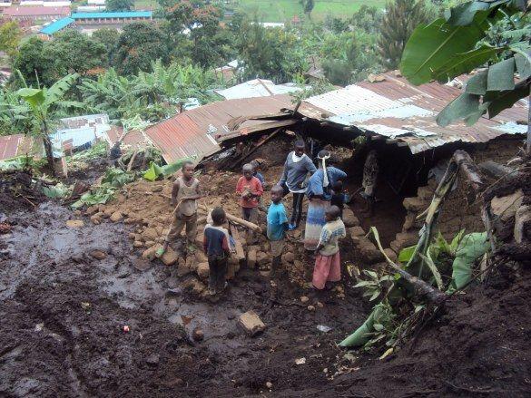 """Sedang Tidur Pulas Lima Anak Tewas Tertimbun Tanah Longsor https://malangtoday.net/wp-content/uploads/2017/03/ilustrasi-tanah-longsor.jpg MALANGTODAY.NET– Satu keluarga di Provinsi Cibitoke, Burundi, tewas tertimbun tanah longsor. Hujan lebat mengguyur ketika tanah longsor menimbun rumah yang ditinggali korban, Kamis (17/03) malam waktu setempat. """"Rumah korban berada di kaki satu gunung,"""" kata Administratur Kabupaten Mabayi... https://malangtoday.net/flash/interna"""