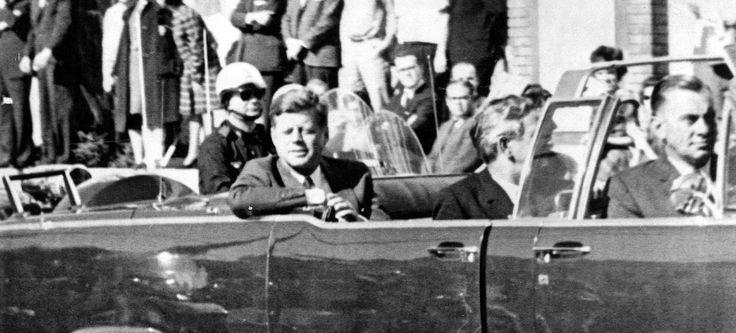 Le président américain John F. Kennedy avec le gouverneur du Texas John Connally (au centre) et Jackie Kennedy (derrière Connally) dans la voiture décapotable Lincoln Continental quelques minutes avant son assassinat à Dallas, le 22 novembre 1963.