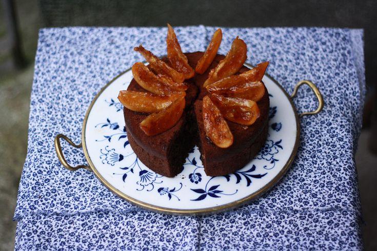 Jednoduchý čokoládový dort, napadne vás. A máte pravdu. Ale v té jednoduchosti se právě skrývá to kouzlo. Hutný a dokonale čokoládový korpus s jemnými tóny Amaretta a kousky vlašských oříšků.