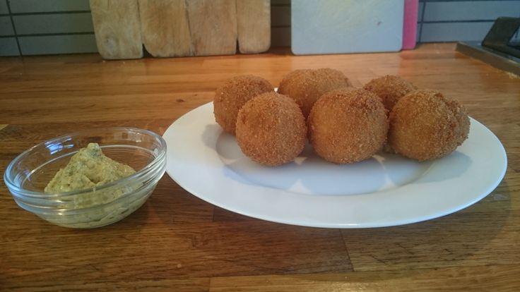 Heerlijke recept voor kipbitterballen. Bitterballen gevuld met zelfgemaakte kipragout en een krokante korst. Even frituren en snack smakelijk!