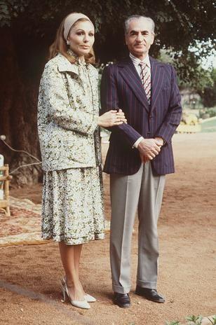 Janeiro de 1979: Xá Reza Pahlavi com sua esposa durante seu exílio em Marrakech, Marrocos, poucos dias depois de deixar o Irã na Revolução Islâmica. Ele se foi, diziam os jornais iranianos na época. Era o fim do regime de Império e o início da chamada República Islâmica