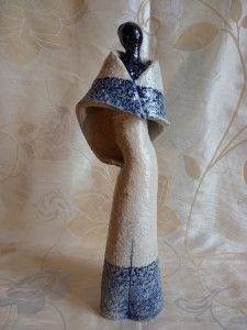 Mélusine Sauvage , céramiste d'art, travaille le grès et la porcelaine à très haute température. Par cette technique, elle exploite les contrastes des matières en jouant sur l'opposition entre un grès très granuleux, rugueux, avec une porcelaine très...