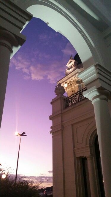 Pôr-do-sol roxo no Correios Niterói