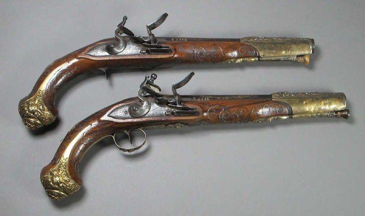 paire de pistolets silex pour l 39 orient canons ronds joliment grav s sur fond d 39 or d 39 toiles. Black Bedroom Furniture Sets. Home Design Ideas