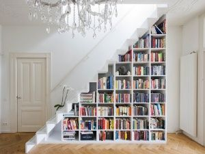 шкаф для книг под лестницей