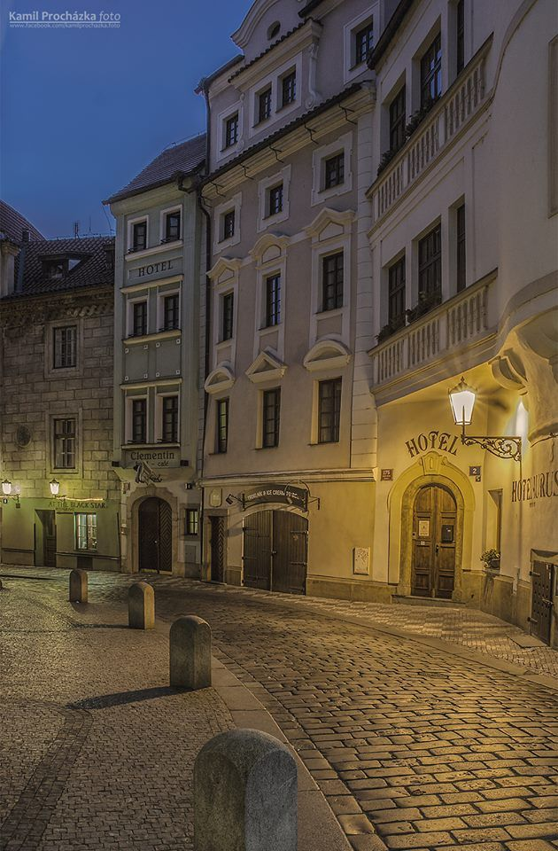 Mezi Karlovým mostem a Mariánským náměstím. Seminářská ulice