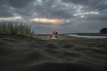 Lovers in an intense scenery | Julie & Steve | Piha Beach | Dramatic sky | Passion