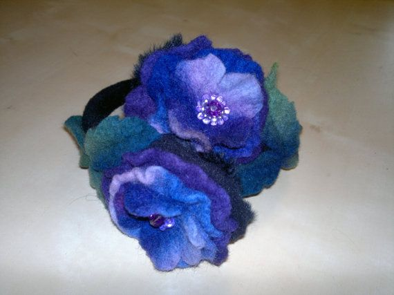 ear muffs made with felt flowers. Can also be used as a necklace on top of a sweater or winter coat. You can also wear it on a old hat to give it a new look. The size is adjustable.