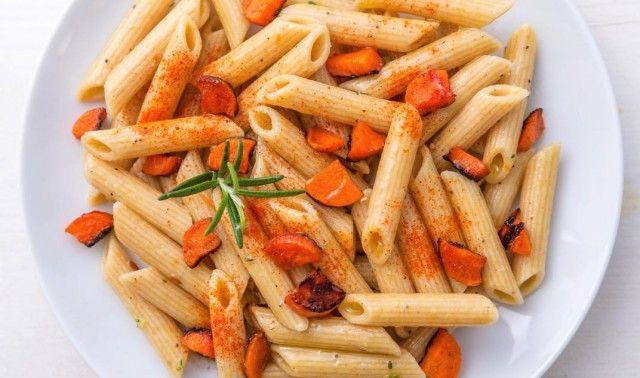 Pasta integrale con carote arrosto, aglio, paprika e rosmarino