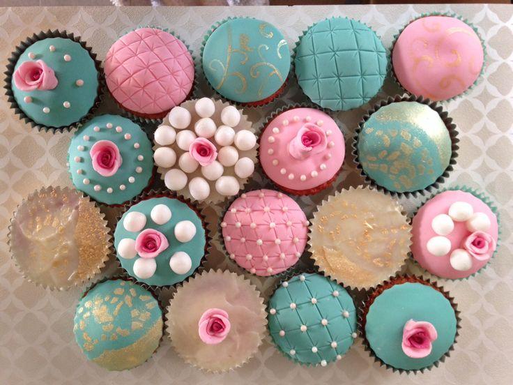 Vintage hen do cupcakes