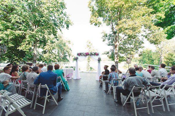 Свадьба под открытым небом в старинном парке