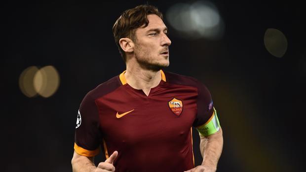 Fútbol Internacional: Totti anuncia que empezará una nueva carrera como directivo del Roma http://www.abc.es/deportes/futbol/abci-futbol-internacional-totti-anuncia-empezara-nueva-carrera-como-directivo-roma-201707171955_noticia.html