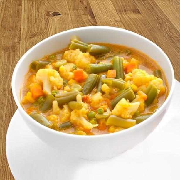 Esta sopa de verduras al curry se prepara al momento con la variedad de verduras que más te guste, o un combinado de verduras congeladas que tengas en casa.