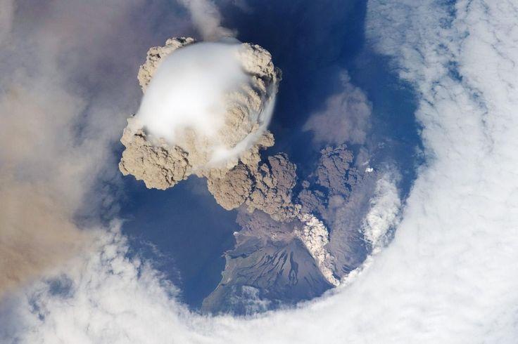 El volcán Sarychev en erupción visto desde el espacio | Una órbita fortuita brindo a los astronautas de la Estación Espacial Internacional esta sorprendente vista de Volcán Sarychev en las islas Kuriles, al noreste de Japón.  En la imagen se puede observar una columna ascendente producto de la combinación de ceniza marrón y vapor blanco. El vapor tiene una apariencia de burbuja. La erupción ha despejado un circulo en las nubes, que debido al poco viento reinante, pudo observarse claramente.