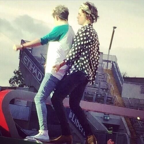 Wtf harry is so friken gay why the f**k is he humping niall?! Niall isnt gay harry! Go hump ur boyfriend louis!