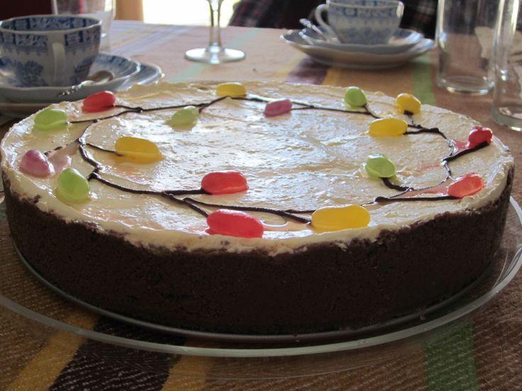 Minun tehtäväksi jäi tehdä pääsiäispäivälliselle jälkiruoka. Päädyin tekemään hyydytetyn rahkakakun.  Fiksuna kuitenkin koristelin kakun hie...