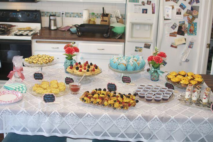 Baby Shower Brunch: Buffet mit (meist) babygroßen Frühstücksartikeln. Von Lin …   – Make Good Things