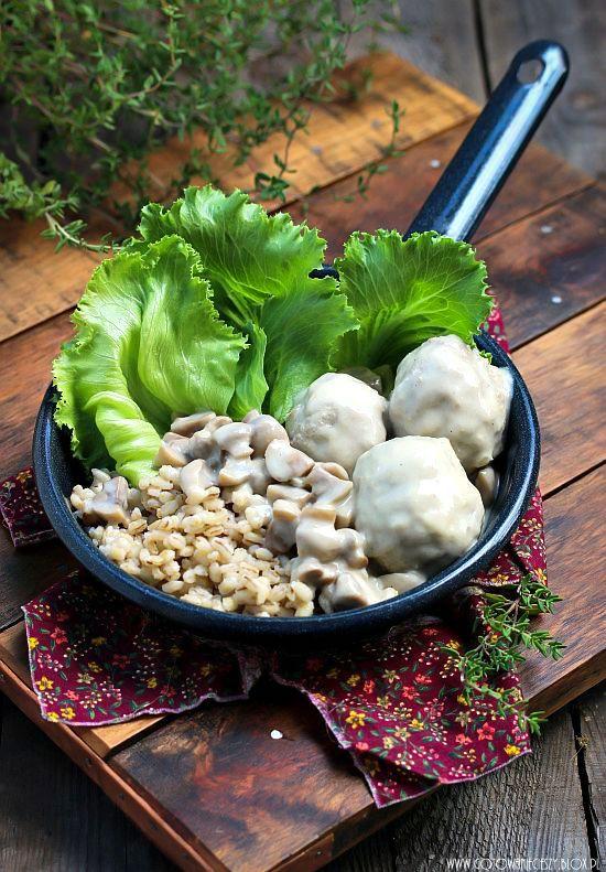 Klopsy drobiowe w sosie pieczarkowym z pęczakiem
