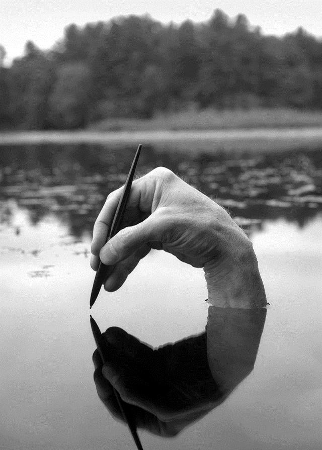 [PHOTOGRAPHIE] Tout au long de sa carrière, Minkkinen a exploré l'autoportrait, en utilisant toutes les parties de son corps. Jouant souvent avec le décor et le trompe‐l'oeil, ces images forcent le spectateur à s'attarder pour déceler les mystères de leur composition... [Arno Rafael Minkkinen, autoportraits en noir et blanc, 2013, photographie noir et blanc]