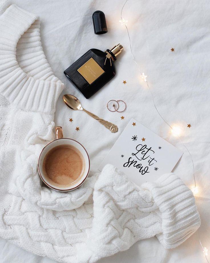 """809 отметок «Нравится», 17 комментариев — @martidamska в Instagram: «Coffee & books are always a good idea Wczoraj była premiera """"Nieznanych Więzi Natury"""". Cieszę…»"""