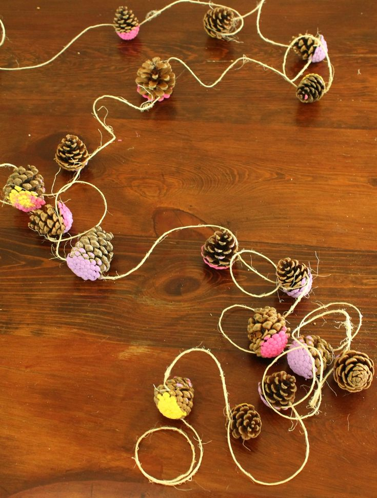 A beautiful pine cone garland! Such a cute and simple craft for preschoolers and school aged kids.