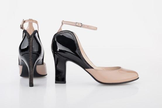 Aga Prus pracę nad butami rozpoczęła od sprawdzenia co nosiły kobiety w latach 20., kiedy to powstała postać Myszki Minnie. A oto buty zainpirowane Minnie. Copyright ©Disney