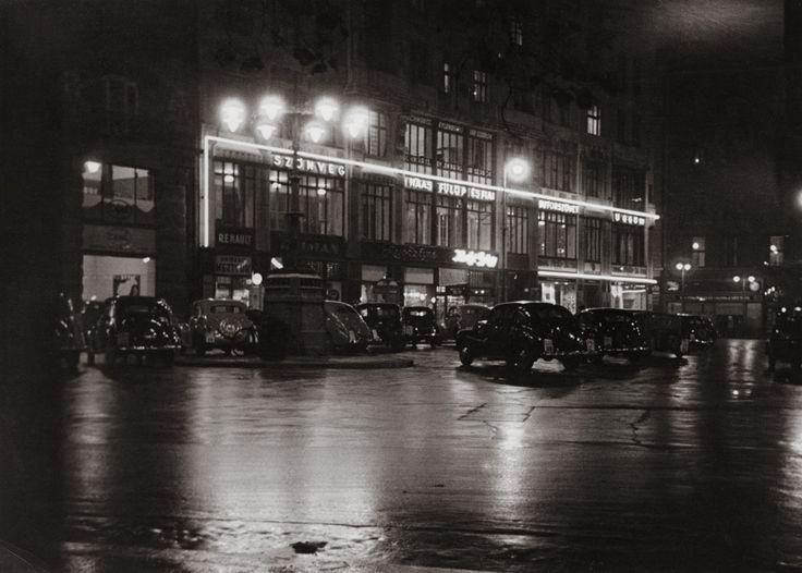 Fotó: Szöllősy Kálmán: Éjszaka a Vörösmarty téren, 1930-as évek, 13×18 cm © Magyar Nemzeti Múzeum Történeti Fényképtár szk012.jpg