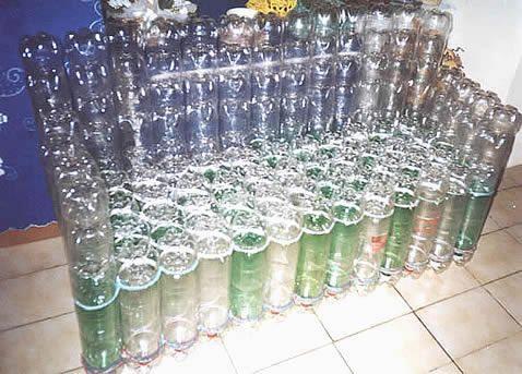 Eco-silla hecha con botellas pet. El plástico de las botellas pet puede tardar hasta 1000 años en degradarse.