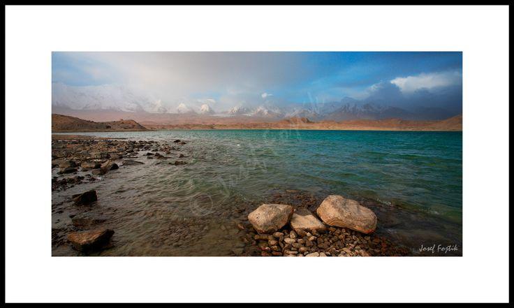Fotoobraz - Jezero Karakul a hora Kongur u města Kašgar, Sin-ťiang, západní Čína. Foto: Josef Fojtík - www.fotoobrazarna.cz - https://www.facebook.com/Fotoobrazarna.cz