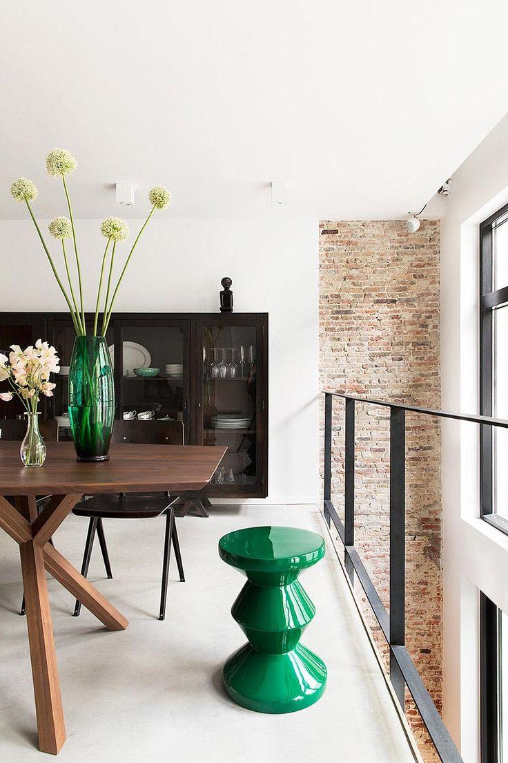 Vide bij eethoek voorzien van stalen balustrade. Ontwerp BNLA architecten | Fotografie Jansje Klazinga.