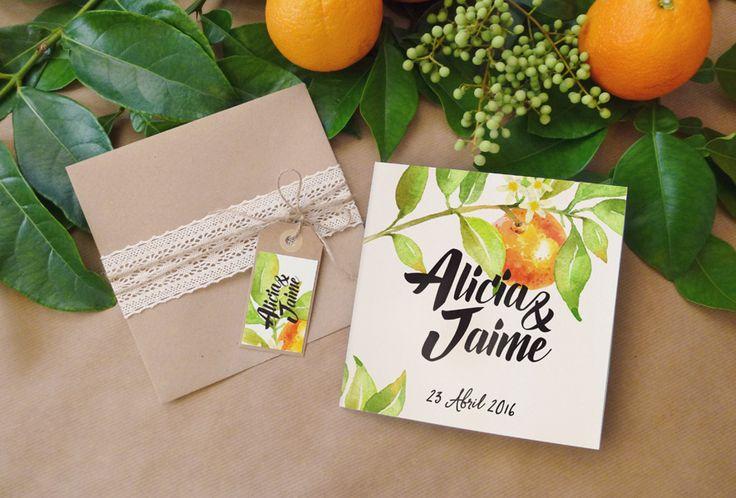 Invitación de boda Azahar. Tarjetón con motivos de flor de azahar y naranjas con toque rústico de un sobre kraft, cuerda y encaje.