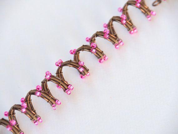Dreadlock manchette fil enroulé avec fil de cuivre émaillé. Agrémenté de perles de rocaille.  Choisissez votre couleur !   Diamètre : 8mm Longueur dans les photos de 5 pouces   Votre achat viendra joliment emballés et prêts à offrir en cadeau.   ----------------------------------- EMBALLAGE Votre achat viendra joliment emballé. Si vous commandez pour un cadeau et souhaitez que chaque pièce d'être emballés séparément s'il vous plaît faites le moi savoir.  -Si cet achat est un cadeau, et vous…