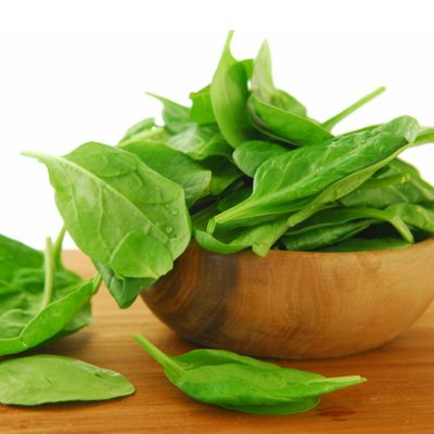 Top 20 Artery-Cleansing Foods  Spinach  The potassium and folate found in spinach can help lower blood pressure, and according to recent research, one serving of nutrient-packed leafy greens (like spinach) a day can help reduce your risk of heart disease by 11 percent. Enjoy some in salads, omelets, or in a yummy pasta salad.