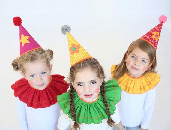 Deze clown kit bevat een clown hoed & clown kraag; een gemakkelijk & leuk aankleden optie voor kinderen op Halloween, spelen jurk omhoog thuis of themafeesten. De clown hoed is gemaakt van een rode katoenen stof met een patroon van de polka dot gedetailleerd met een hand genaaid vilt opgestikte, de hoed is beveiligd met nl elastische band. De clown kraag is gemaakt van een gele katoenen stof met oranje binding en een gelijkspel te voorzien in een gemakkelijke pasvorm. Deze aanbiedin...