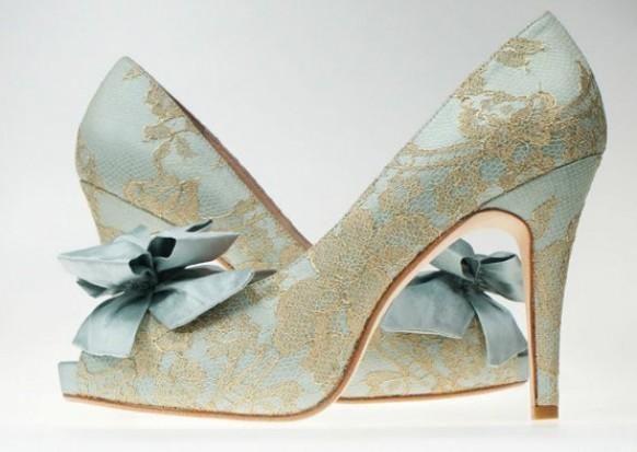 Extravagante Brautschuhe | Peeptoe | Barocke High Heels in Blau mit Spitze und Satinschleife | Empfohlen von Himmelreich Fotografie