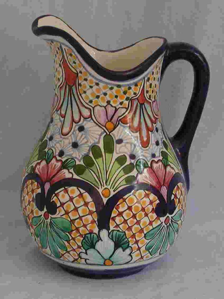 Estos es un jarro talavera. Es hecho en Mexico. Es hecho a mano por alguna gente. Este jarro vale por mucho dinero.