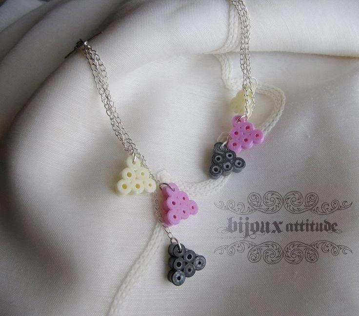 Boucles d'oreilles longues en perles fusion Hama gris, rose et blanc. Triangles pixels style geek. Par BijouxAttitude