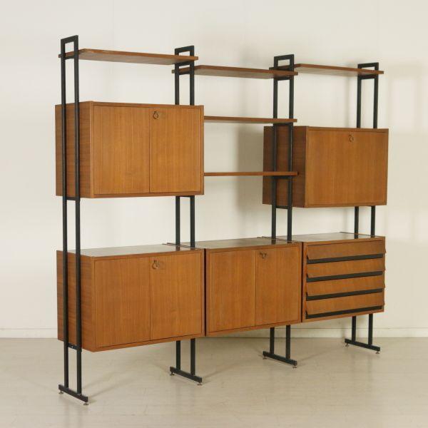Libreria anni 60 ad elementi regolabili in altezza; legno impiallacciato teak, profili in formica, montanti in metallo.